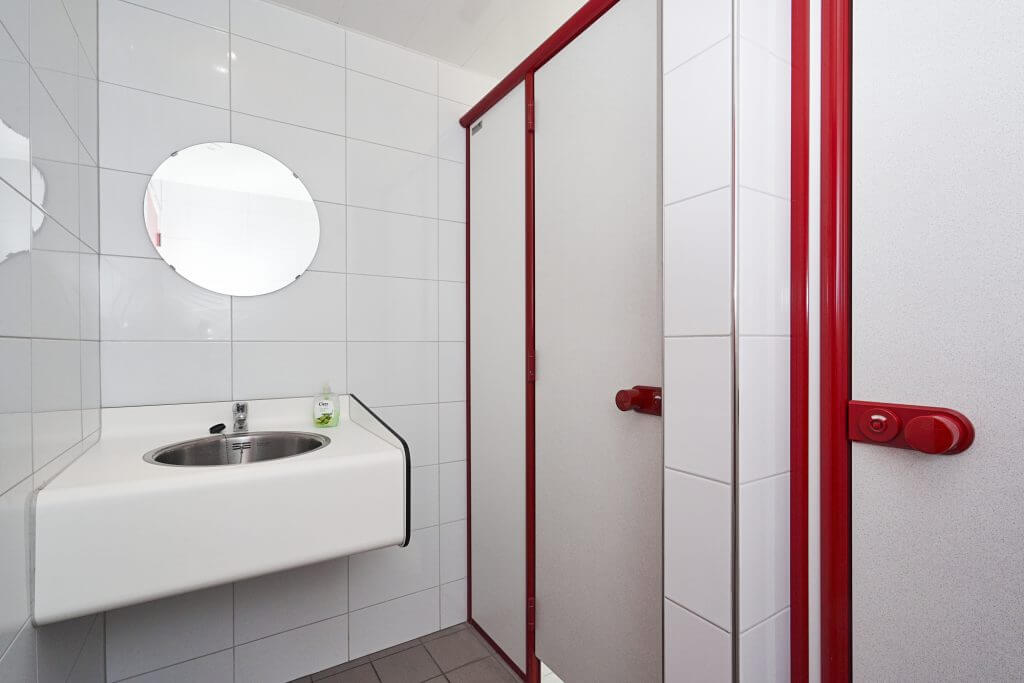 8 toiletten en douches